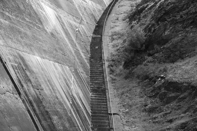 carina martins, hub-structures - fotografia a preto e branco de escadas numa barragem