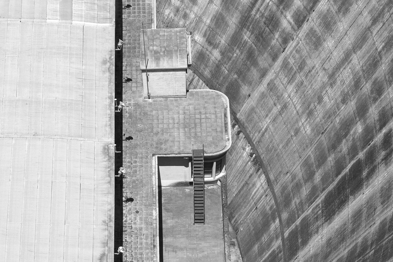 carina martins, hub-structures - fotografia a preto e branco de pormenor de barragem