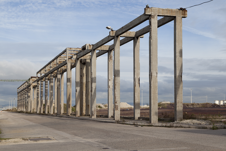 paisagem industrial com estrutura de betao na baia do tejo no barreiro
