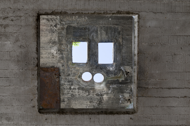 carina martins, vertical ascent - abertura no tecto quadrada numa fabrica abandonada