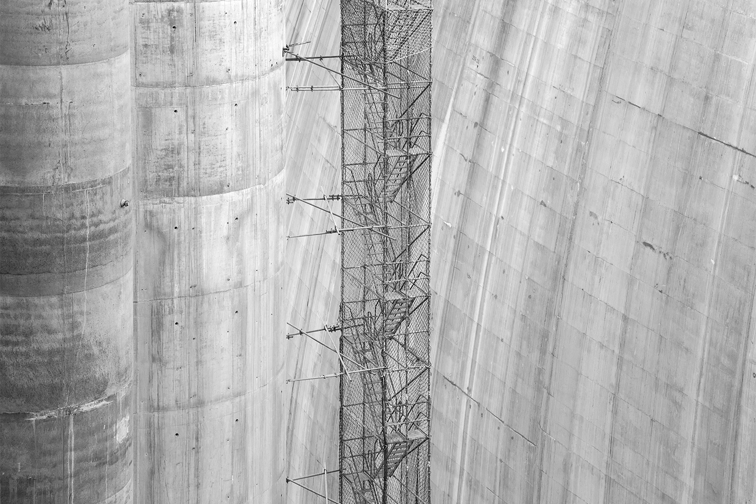 carina martins, hub-structures - pillars and scaffold of a dam being constructed