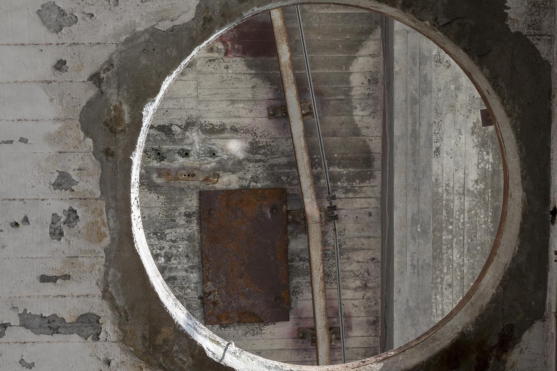 carina martins, vertical ascent - abertura redonda no tecto numa fabrica abandonada