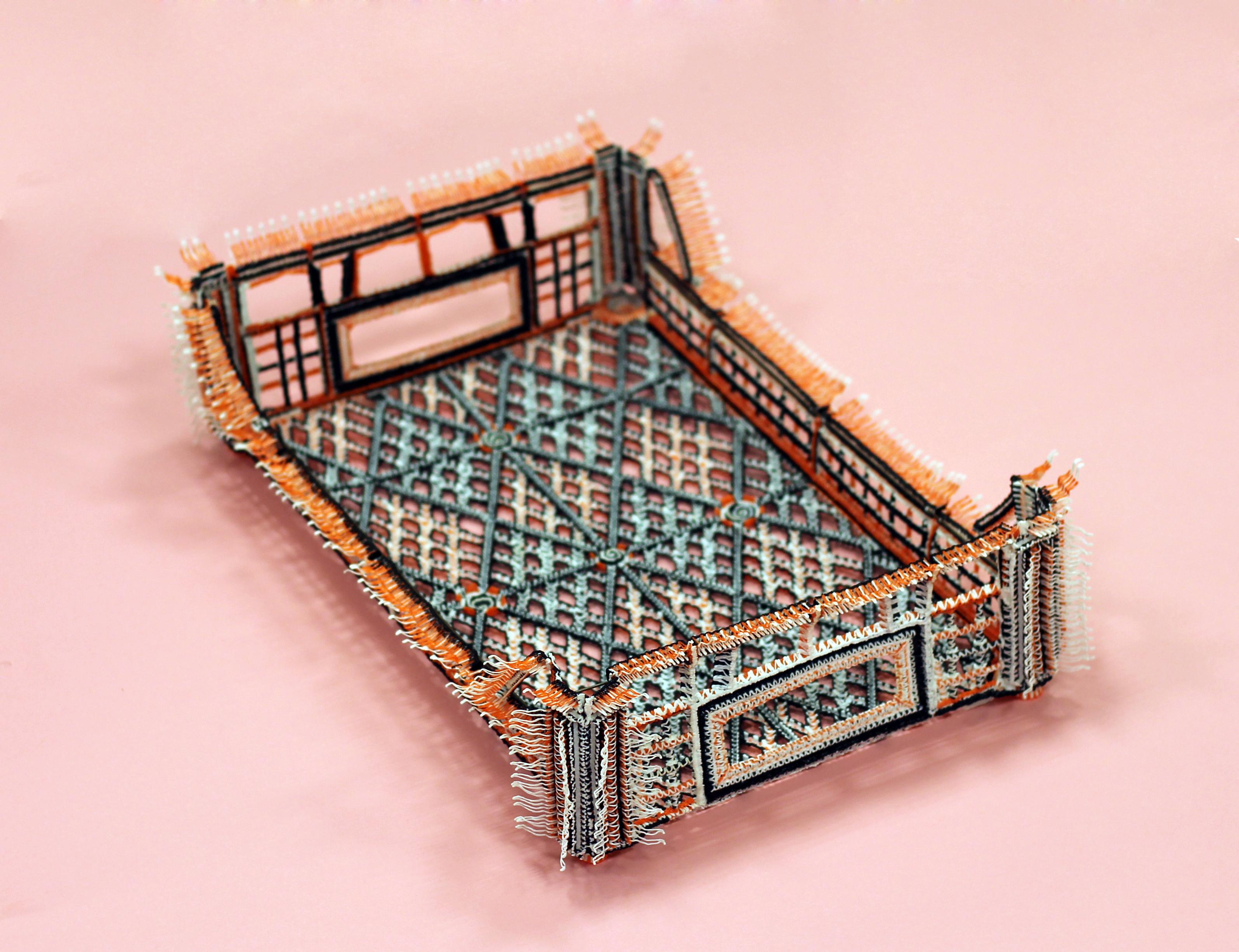 Daan Veerman heeft een 3D printer aangepast zodat hij met de hand objecten kan maken, zoals te zien is op de foto. Een kratje gemaakt van 3D print. Op deze manier innoveert hij zowel ambacht als technologie. Door zijn werk kan er anders gekeken worden naar de rol van technologie in handwerk, ambacht. | Crafts Council Nederland