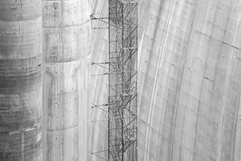 carina martins, hub-structures - fotografia a preto e branco de andaimes e pilares numa barragem em constucao