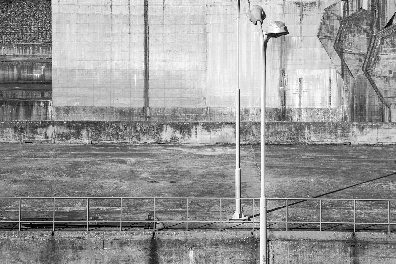 carina martins, hub-structures - fotografia a preto e branco de candeeiros numa barragem