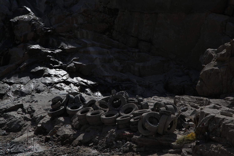 pneus para a construcao da barragem na margem do rio tua