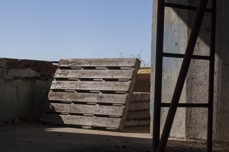 carina martins, vertical ascent - estrado e escada numa fabrica abandonada