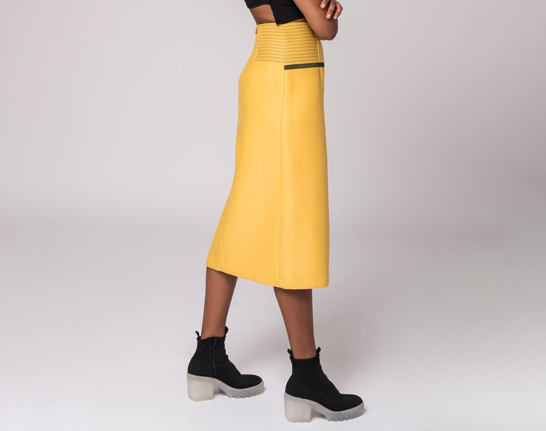 vista delantera de una falda lápiz amarilla