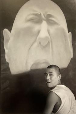FANG Lijun dans son atelier à Song Zhuang, Beijing, 2000 © Xu Zhiweiéd. 10, 350€