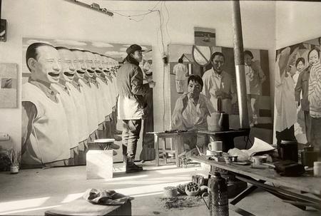 YUE Minjun dans son atelier, Beijing, 1993 © Xu Zhiwei éd. 10 à 350€