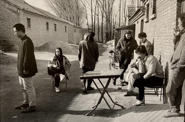 Les Peintres prennent un bain de soleil dans la village, Beijing, 1993© Xu Zhiweiéd. 10 à 350€